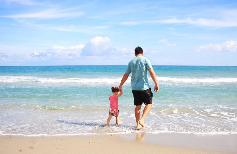 Imagen padre e hija en la playa
