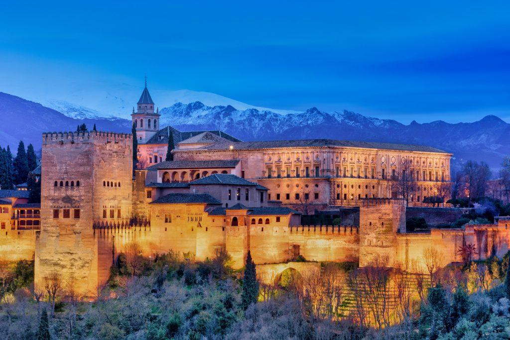 Fotografía de la Alhambra de Granada iluminada por la noche