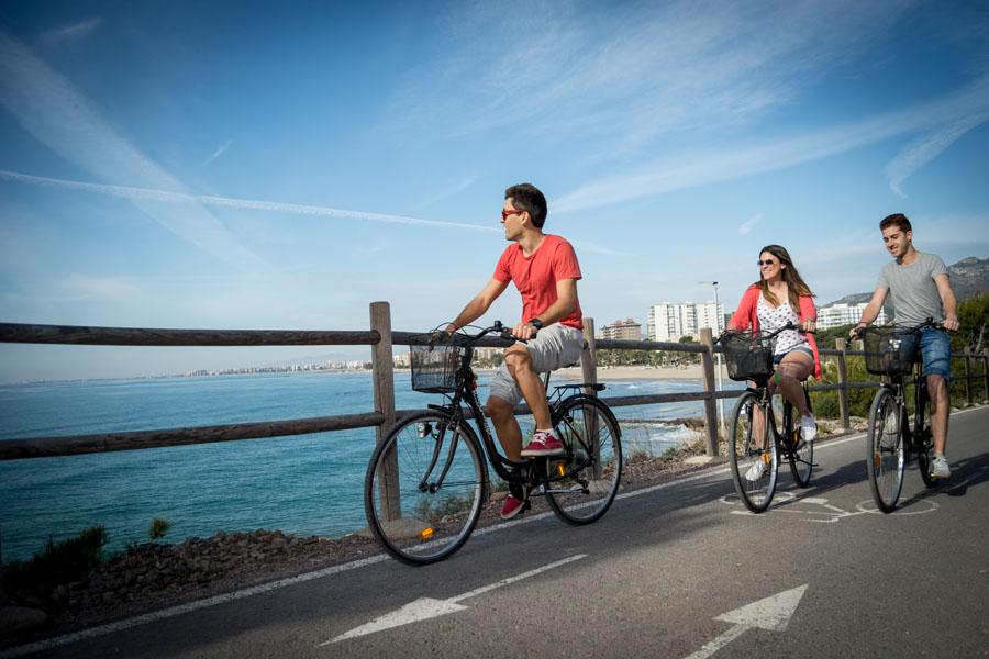 Fotografía de ciclistas recorriendo la costa de Oropesa