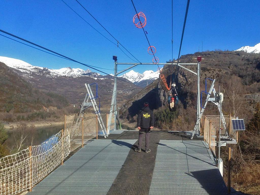 Fotografía final del salto de la Tirolina del Tena, Huesca