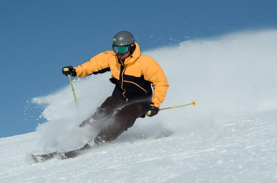 Fotografía hombre esquiando