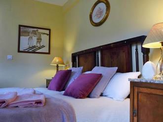 dormitorio-hotel-casa-marieta-escarrilla-3000-escarrilla-pirineo-aragones.jpg
