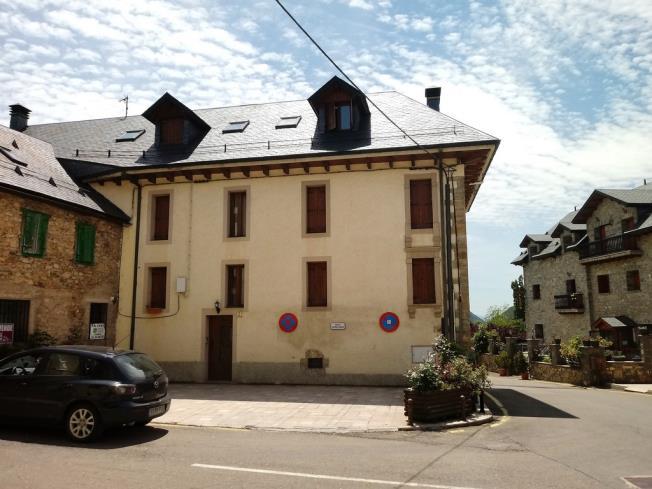 fachada-verano-apartamentos-tramacastilla-3000_y-varios-tramacastilla-de-tena-pirineo-aragones.jpg