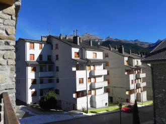 fachada-verano-apartamentos-villanua-3000-villanua-pirineo-aragones.jpg
