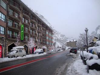fachada-invierno-apartamentos-canillo-pie-de-pistas-3000-canillo-estacion-grandvalira.jpg