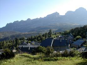 Vista pueblo verano Tramacastilla de tena Pirineo Aragonés España