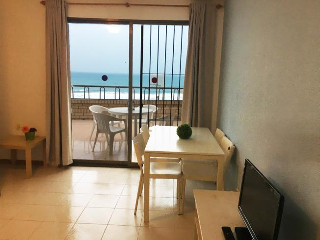 salon-comedor-apartamentos-bernat-pie-de-playa-3000-oropesa-del-mar-costa-azahar.jpg