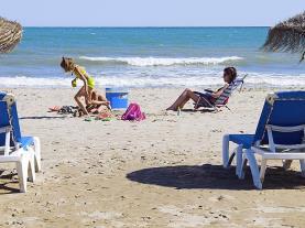 Tumbonas en la playa España Costa Azahar Alcoceber